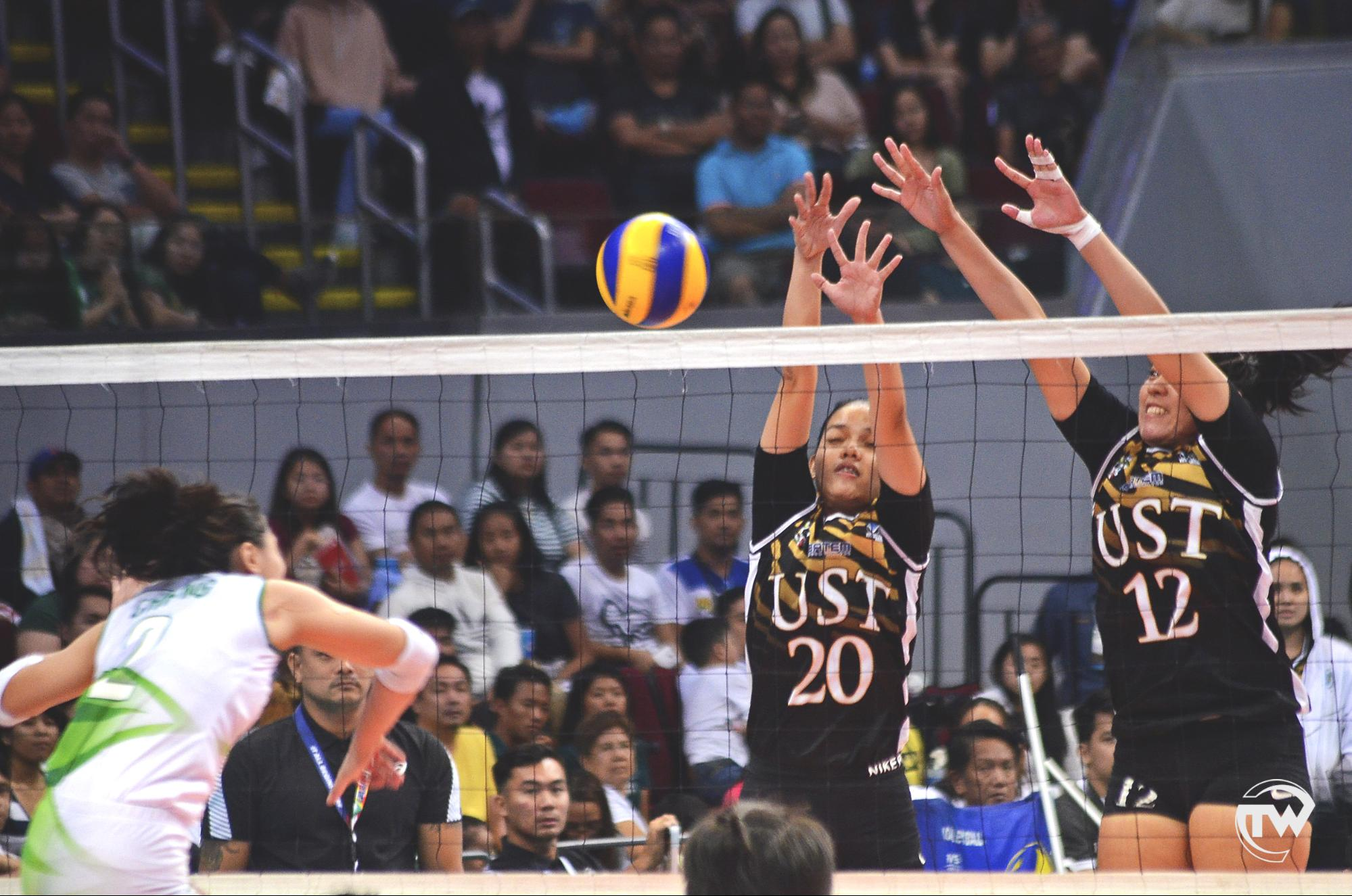 golden tigresses blocking a lady spiker spike